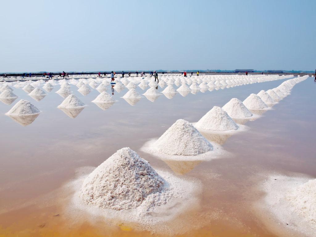Havsalt i Thailand gjøres klar for oppsamling. Foto: www.colourbox.com