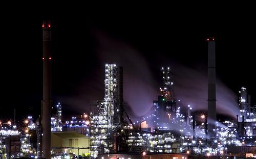 Mongstad oljeraffineri er en stor utslippskilde av CO2 i Norge. Foto: Tøssekaien (Flickr). https://www.flickr.com/photos/tossekaien/