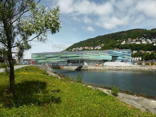 Amalie Skram VGS ved Store Lungegårdsvann. Foto: Bergen Kommune.