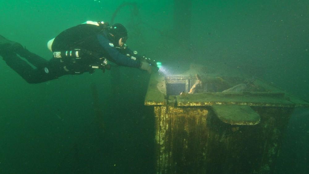 Dykkere ved damspipet D/S Topdal som ligger på bunnen av Store Lungegårdsvann. Foto: