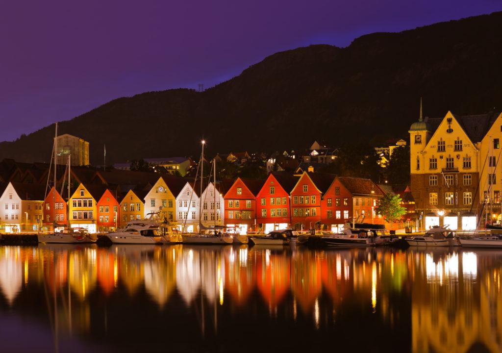 Ved Bryggen i Bergen opplever man store endringer i temperatur gjennom de ulike årstidene. Foto: www.colourbox.com